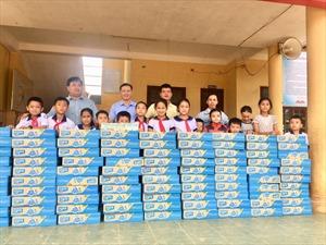 Vinasoy tặng 3 tỷ đồng quà tặng hỗ trợ học sinh vùng lũ đến trường