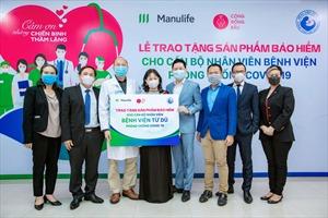Manulife tri ân đội ngũ bác sĩ bệnh viện phụ sản thông qua món quà bảo vệ