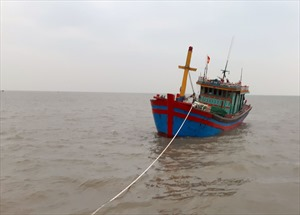 Cứu hộ tàu cá và 9 ngư dân bị nạn trên biển