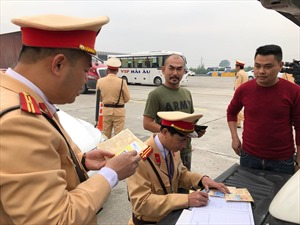 Ra quân kiểm tra nồng độ cồn và test thử ma túy đối với lái xe cao tốc Hà Nội- Hải Phòng
