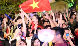 Cổ động viên 'bùng nổ' khi đội tuyển Việt Nam giành chiến thắng trước Jordan