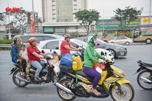 27 Tết, người dân lỉnh kỉnh đồ đạc, bồng bế nhau về quê đón Tết