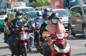 Người dân TP Hồ Chí Minh chống chọi nắng gắt