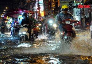 Mưa lớn, nhiều tuyến đường TP Hồ Chí Minh biến thành sông