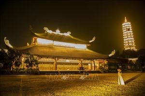 Ngỡ ngàng vẻ đẹp về đêm của ngôi chùa lớn nhất Việt Nam