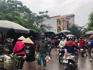 Dịch COVID-19: Chợ dân sinh vẫn người mua kẻ bán san sát, bất chấp lệnh giãn cách xã hội