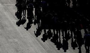 Ấn Độ bị phong tỏa do COVID-19, người lao động đi bộ hàng trăm km về quê