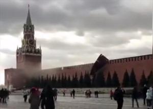 Gió mạnh thổi bay giàn giáo trùng tu tường Điện Kremlin