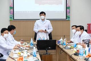 Các y bác sĩ trong tâm dịch COVID-19 cùng đón giao thừa trực tuyến
