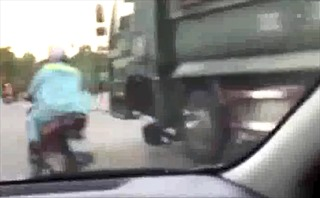 Mất một bánh trước, xe ben vẫn bon bon chạy trên đường