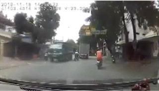 Xe đạp điện suýt gặp tai nạn vì lấn làn xe tải