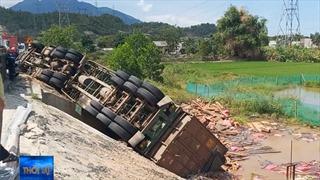 Xe đầu kéo bị lật trước khi vào hầm Hải Vân