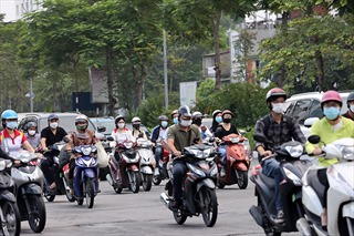 Đường phố Hà Nội đông đúc trong ngày đầu gỡ bỏ 39 chốt phân vùng