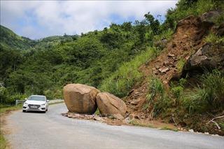 Sạt lở uy hiếp tuyến đường biên giới Nghệ An