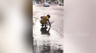 Hành động đẹp: Người đi đường dùng tay không khơi miệng cống chống ngập