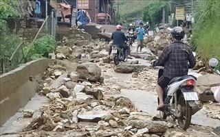 Mưa lũ gây sạt lở một số tuyến đường tại Sa Pa