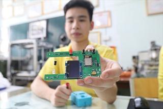Sáng kiến độc đáo của sinh viên ĐH Bách Khoa: Tự kiểm soát tốc độ bình truyền bằng cách quét mã QR