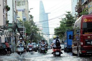 Triều cường cao kỷ lục, hàng loạt tuyến đường trung tâm TP Hồ Chí Minh chìm trong nước