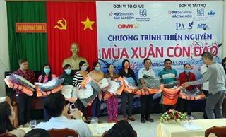 Khám bệnh và trao quà Tết cho người dân tại huyện đảo Côn Đảo