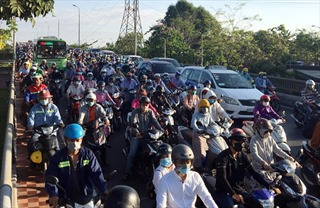 Giao thông TP Hồ Chí Minh ùn tắc trong ngày học sinh quay trở lại trường sau kỳ nghỉ Tết
