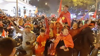 Cổ động viên Thủ đô xuống đường ăn mừng chiến thắng