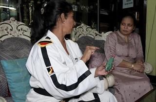 Huấn luyện viên đai đen taekwondo sáng tạo 'lựu đạn tự vệ' cho phụ nữ Ấn Độ