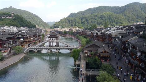 Đến Phượng Hoàng cổ trấn, xem cách làm du lịch