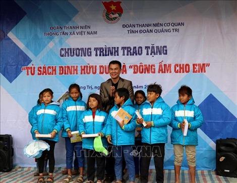 Trao tặng 'Tủ sách Đinh Hữu Dư' và chương trình 'Đông ấm cho em'