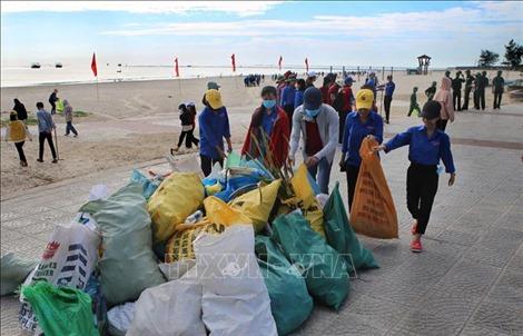 Thanh niên Quảng Trị ra quân làm sạch biển