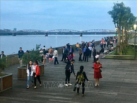 Khánh cầu đi bộ gỗ lim trên sông Hương