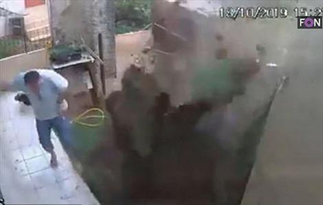 Đốt tổ gián, người đàn ông làm nổ tung cả sân nhà