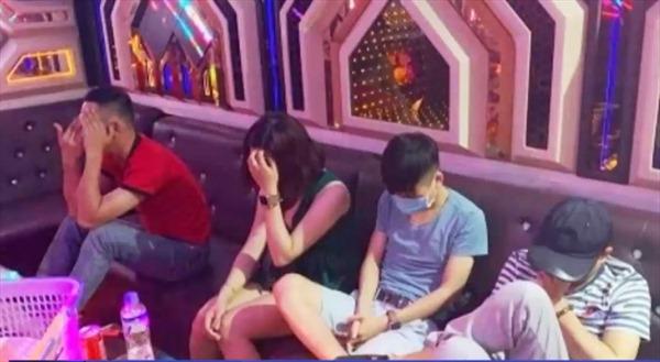 Bắt 20 nam, nữ sử dụng ma túy trong quán karaoke tại Quảng Bình