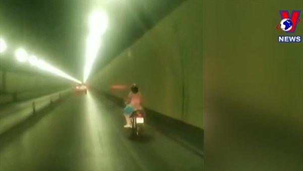 Xe máy vượt chốt chạy vào hầm Hải Vân