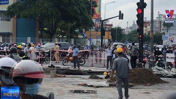 Lấp 'hố tử thần' giữa ngã tư ở TP Hồ Chí Minh