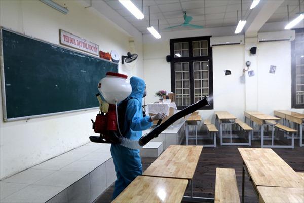 Phun khử khuẩn, sẵn sàng đón học sinh trở lại trường sau kỳ nghỉ phòng, chống dịch COVID-19