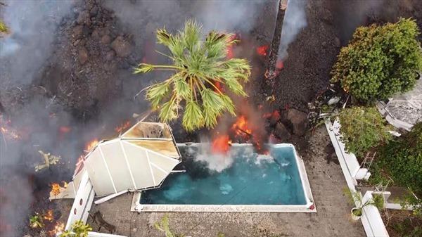 Video dung nham núi lửa 'nuốt chửng' hồ bơi và nhiều ngôi nhà ở Tây Ban Nha