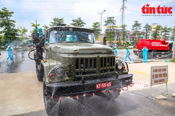 Cận cảnh dàn xe đặc chủng khử trùng tại Bệnh viện K cơ sở Tân Triều