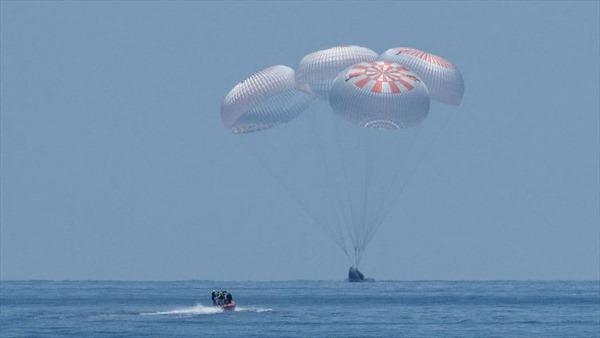 Khoảnh khắc tàu vũ trụ SpaceX hạ cánh an toàn trên biển sau sứ mệnh lịch sử