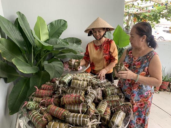 Người dân TP Hồ Chí Minh gói bánh chưng, bánh tét ủng hộ đồng bào miền Trung