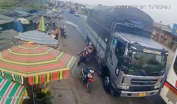 Triệu tập lái xe tải vượt ẩu khiến 2 mẹ con đi xe máy suýt mất mạng