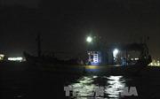 Lai dắt tàu cá vỏ gỗ lớn nhất miền Trung bị lật úp