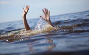 Theo cha mẹ đi làm thuê, hai bé gái ngã xuống hồ nước tử vong