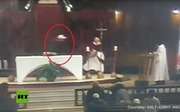 Khoảnh khắc linh mục bị đâm dao tại nhà thờ lớn nhất Canada