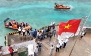 Thăm và tặng quà cán bộ, chiến sĩ trên đảo Sinh Tồn Đông