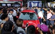 VinFast bán giá 'sốc' - người dân xếp hàng mua xe trong đêm