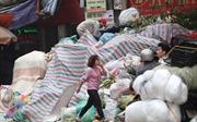 Ngày thứ 4, Hà Nội vẫn ngập trong rác thải