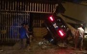 Bình Phước: Ô tô Mercedes chạy tốc độ nhanh tông liên tiếp vào ba nhà dân