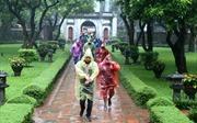 Sĩ tử đội mưa thắp hương cầu may ở Văn Miếu trước kỳ thi THPT Quốc gia 2019
