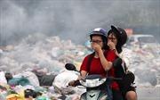 'Núi rác' dài hàng trăm mét bốc mùi hôi thối tại đường Tân Triều (Hà Nội)