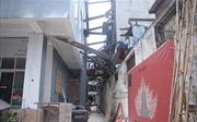 Cả chục nhà dân 'chống nạng' thép, tựa vào chung cư cao tầng Lilama